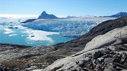 Lớp băng bao phủ đảo Greenland đang tan chảy giữa mùa Đông