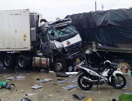Bình Thuận: Xe tải đối đầu với xe container gây tai nạn liên hoàn làm 2 người tử vong