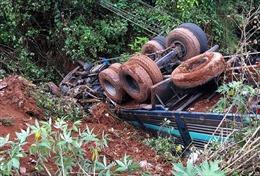 Xe tải hạng nặng rơi xuống vực gần 10m, lái xe bị đa chấn thương