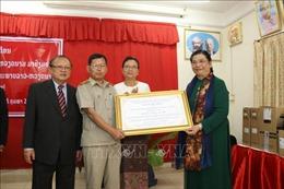 Phó Chủ tịch Quốc hội thăm, tặng quà Trường PTTH Hữu nghị Lào – Việt Nam tại Viêng Chăn