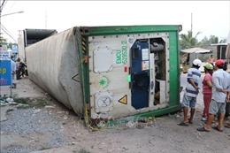 Container lật ngang, đè chết 3 người đi xe máy