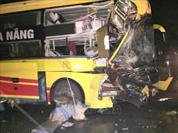 Xe khách tông xe tải đầu kéo làm một người chết, nhiều người bị thương