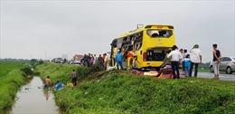 4 ô tô đâm liên hoàn bị hư hỏng nặng, xe cứu thương văng xuống mép ruộng