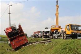 Tai nạn nghiêm trọng giữa 4 ô tô: Xe nát bét, xe lọt xuống vệ đường