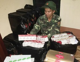 Nhóm buôn lậu tháo chạy, bỏ lại 2.500 gói thuốc lá ngoại