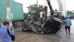 Xe container đâm xe con chạy ngược chiều, 5 người tử vong tại chỗ