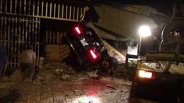Kinh hoàng ô tô Mercedes đâm xuyên 3 căn nhà làm 3 người thương vong