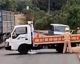 Ô tô chở gỗ tông xe cảnh sát: Lái xe dương tính với ma túy