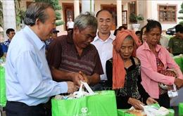 Phó Thủ tướng Trương Hòa Bình thăm, tặng quà gia đình chính sách tại Bình Phước