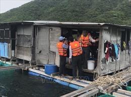 Tự ý trở lại lồng bè, 2 ngư dân bị mắc kẹt trong mưa bão ở Vạn Ninh, Khánh Hòa