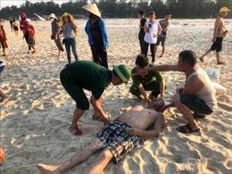 Tắm biển Quảng Trị, hai người bị sóng cuốn tử vong