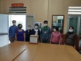 Tặng khẩu trang và nước sát khuẩn cho học sinh Hà Giang trong những ngày đầu trở lại trường học