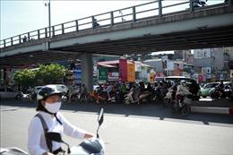 Người dân Hà Nội chống chọi nắng nóng đỉnh điểm, chỉ số tia UV gây hại rất cao