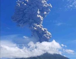 Núi lửa Ili Lewotolok ở Indonesia phun tro bụi cao tới 4 km