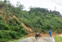 Người dân Quảng Nam tiếp tục chống chọi với ngập lụt, sạt lở sau bão số 12