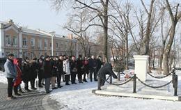 Người Việt tại Vladivostok (Nga) dâng hoa tưởng nhớ Chủ tịch Hồ Chí Minh