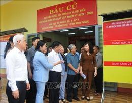 Đồng chí Trần Cẩm Tú kiểm tra công tác chuẩn bị bầu cử tại Bình Phước