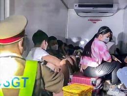 Giấu 15 người trong thùng xe đông lạnh hòng 'thông chốt' kiểm soát dịch COVID-19