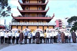 Giáo hội Phật giáo Việt Nam TP Hồ Chí Minh tặng 10 xe cứu thương hỗ trợ phòng, chống dịch