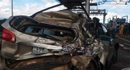 Xe khách đâm ôtô 7 chỗ bẹp dúm khi vào trạm thu phí, 3 người nhập viện