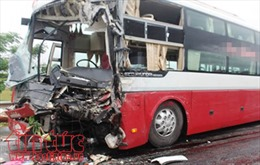 Xe khách đi vào đường cấm, đâm trực diện xe máy khiến 2 người thương vong