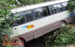 Xe buýt chở sinh viên thực tập đâm vào quả đồi ven đường làm 8 người thiệt mạng