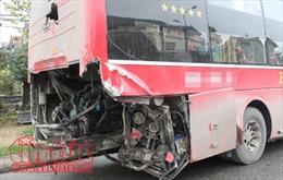 Xe đầu kéo va chạm với xe du lịch khiến hai người bị thương