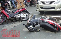 Lại xảy ra tai nạn giao thông tại Long An, xe ô tô 7 chỗ tông liên hoàn nhiều xe máy