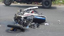 Xe máy đâm vào ô tô đỗ ven đường làm 2 người tử vong