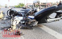 Xe máy đâm vào đuôi xe tải đậu ven đường, cô gái trẻ tử vong tại chỗ