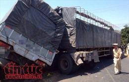 Xe tải chở cà phê tông sập cầu tạm