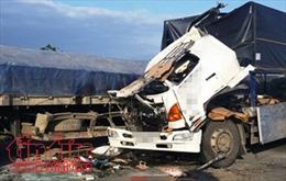 Xe tải va chạm xe đầu kéo, 6 người bị thương