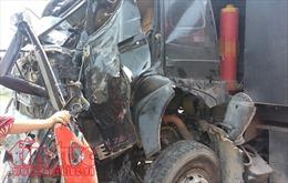 Xe tải đâm sập nhà dân, hai người tử vong