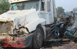 Xe tải đấu đầu trên Quốc lộ 10, hai người bị thương