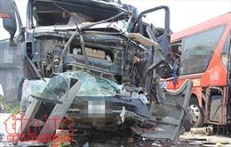 Hai xe container đâm nhau, một người chết, 3 nhà dân bị cháy