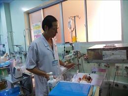Phẫu thuật khối bướu nặng 3,1kg cho bé sơ sinh mới 1 ngày tuổi