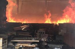 Xưởng gỗ trong khu dân cư cháy lớn, khói lửa bao trùm thiêu rụi máy móc, nguyên vật liệu