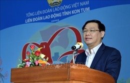 Phó Thủ tướng Vương Đình Huệ chúc Tết, tặng quà công nhân lao động Kon Tum