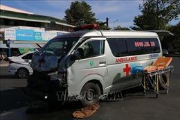 Xe cứu thương vượt đèn đỏ đâm ô tô bán tải, 3 người bị thương