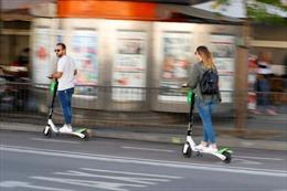 Pháp cấm xe điện scooter di chuyển trên vỉa hè