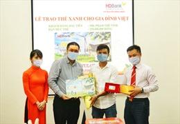 HDBank trao 'Thẻ Xanh cho gia đình Việt' cho khách hàng đầu tiên
