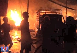 Cháy lớn thiêu rụi công ty gỗ tại Bình Dương