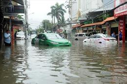 Bão số 9: Ô tô bơi trong nước, người dân TP Hồ Chí Minh bì bõm đi làm sáng đầu tuần