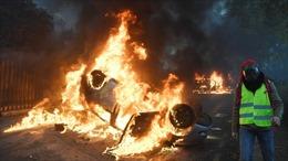 Thành Paris khói lửa ngút trời vì bạo loạn, 200 người bị bắt, 100 người bị thương