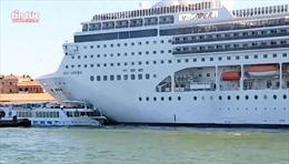 Khoảnh khắc du thuyền khổng lồ suýt 'đè bẹp' phà chở khách tại Venice
