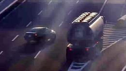 Chạy lùi trên cao tốc, xe con suýt bị xe bồn đâm