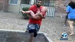 Người đàn ông kịp đỡ cậu bé rơi từ tầng 3 ngôi nhà đang bốc cháy dữ dội