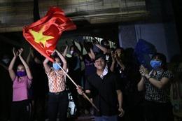 Người dân vui mừng trong khoảnh khắc dỡ bỏ cách ly thôn Đông Cứu