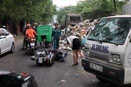 Người dân ngã sóng soài do rác đổ ra lòng đường