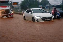 Mưa lớn, quốc lộ 1A qua Đồng Nai ngập sâu trong nước